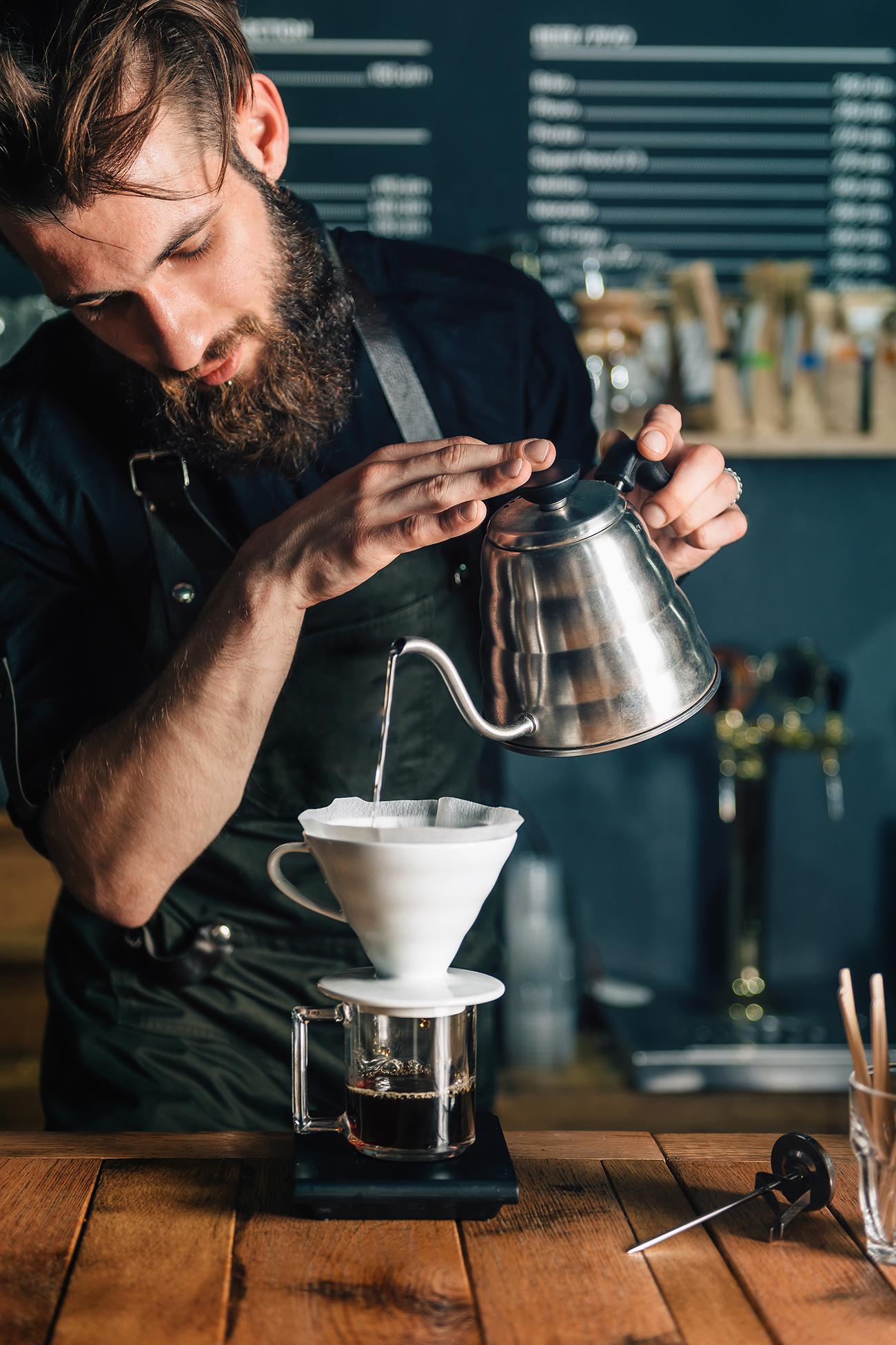 Barista der ein Filterkaffee extrahiert