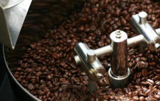 Kaffee in einem Kleinem Kaffeeröster
