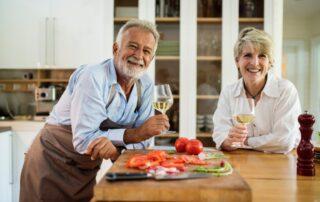 Mann und Frau mit einem Glas Wein