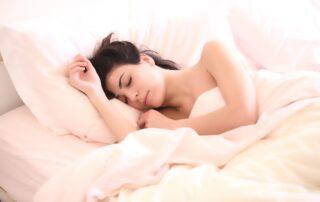 Frau die am Schlaffen ist