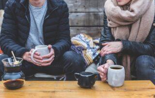 Zwei freunde die ein Kaffee Trinken