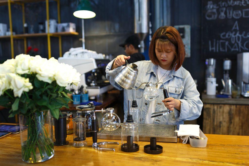 Frau die ein Kaffee Macht
