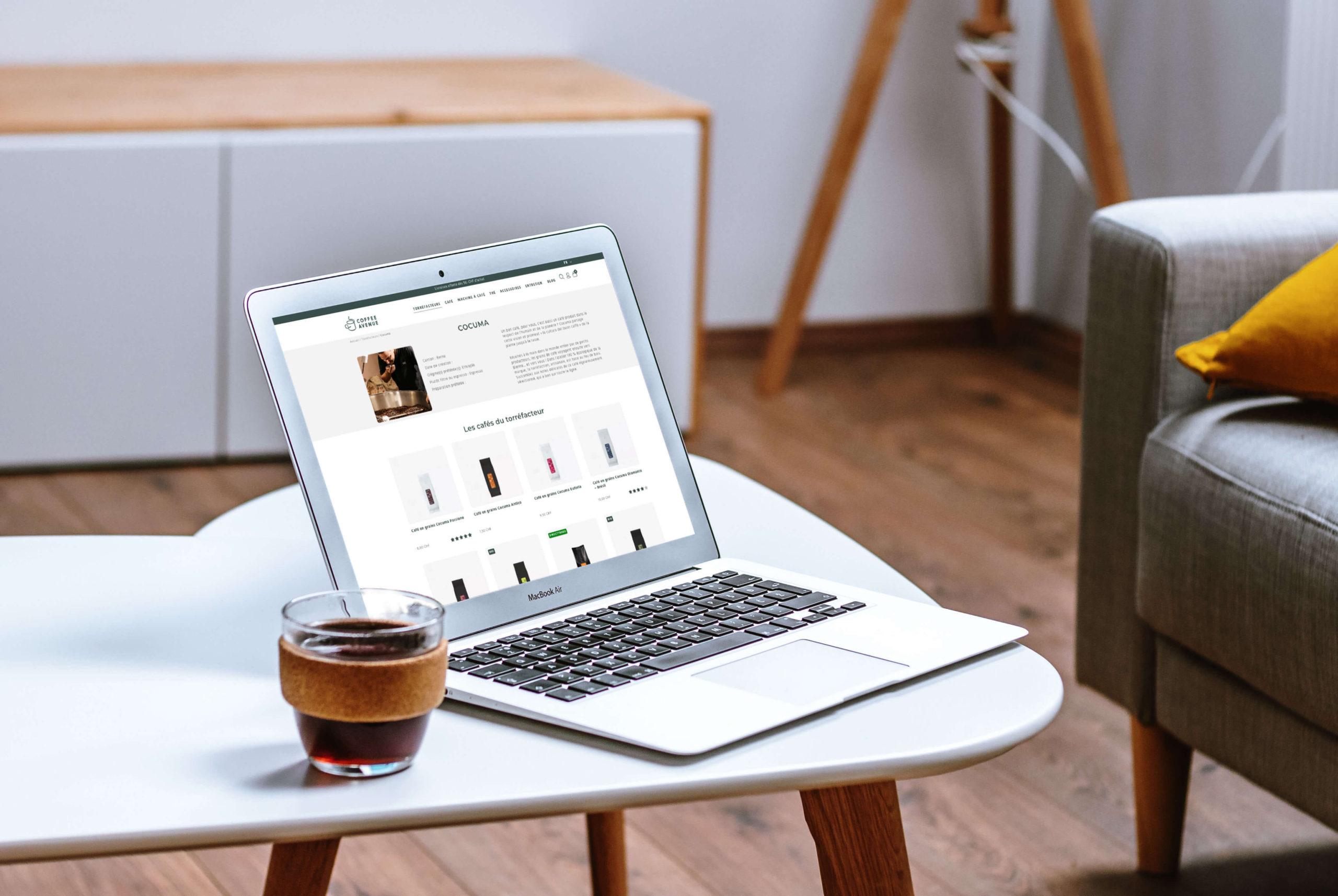 PC auf einem Tisch mit einem Kaffee